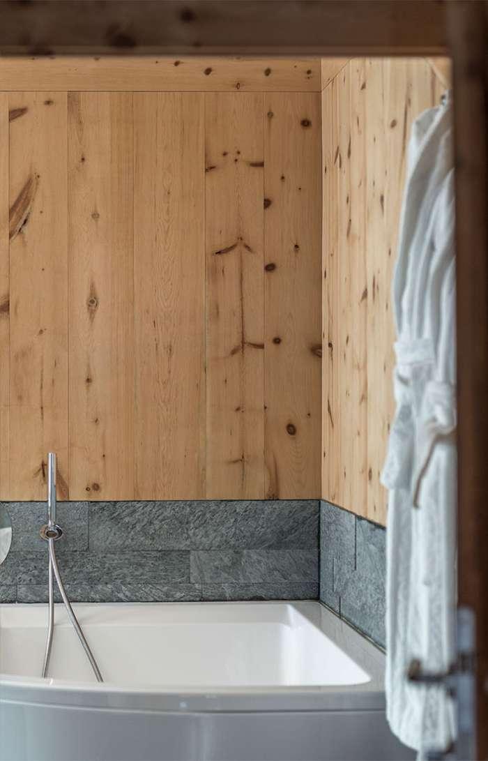 Eine Holzbadewanne
