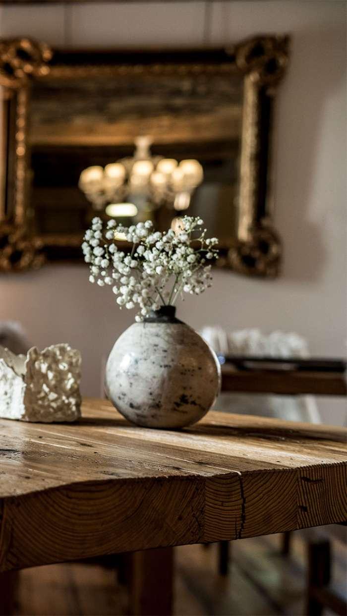 Detail der Blumen auf dem Tisch