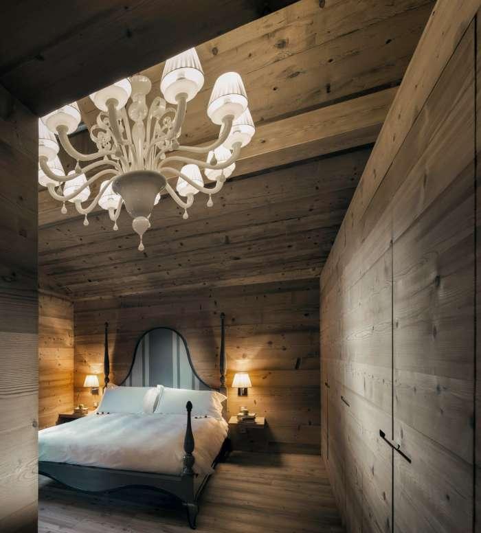 ingresso della camera suite con lampadario in vetro