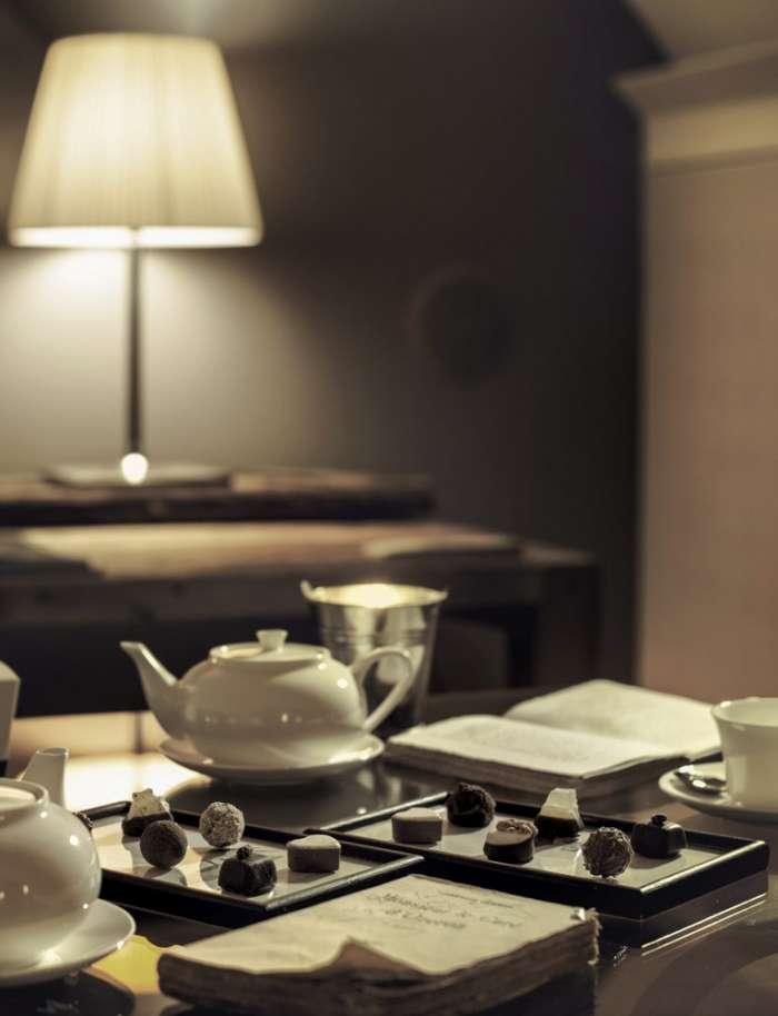 particolare del tavolo per le colazioni teiere in ceramica bianca