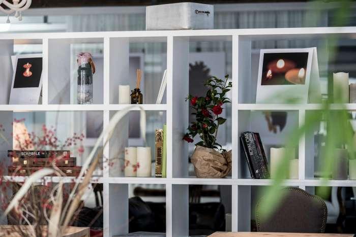 libreria bianca nella sala relax